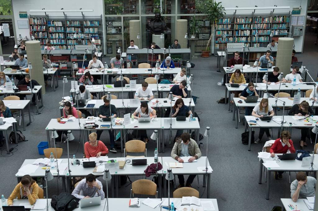 Studenci UW w Czytelni Ogólnej BUW-u podczas przygotowań sesyjnych (w trakcie mordoru)