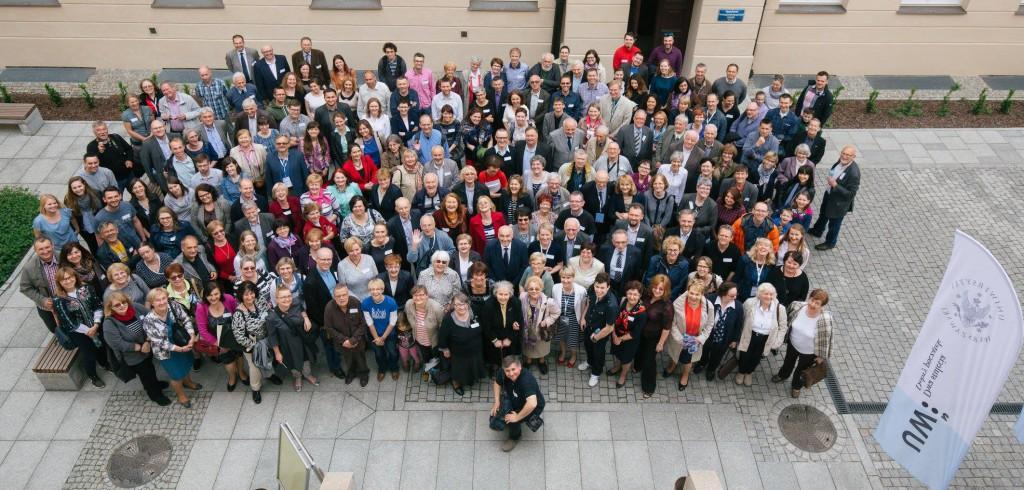 Na zdjęciu absolwenci i pracownicy Wydziału Geografii i Studiów Regionalnych podczas spotkania.