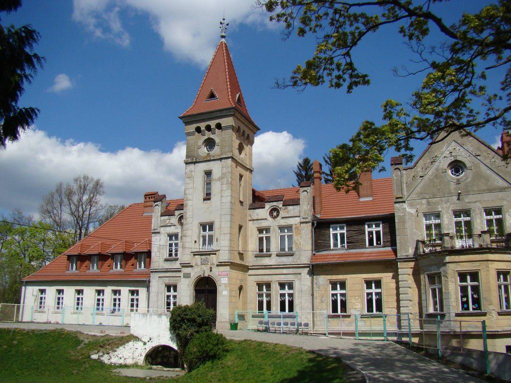 W Grabiszycach siedziby dawnego posterunku WOP już nie ma, ale można oglądać zabudowania dworskie, położone w rozległym parku. Fot. Andrzej Kozłowski, 2015 r.