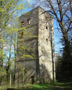 We wsi Pobiedna w Sudetach oprócz widmowego autobusu można zobaczyć niemal widmową (bo w ruinie) wieżę, zbudowaną jako obserwatorium astronomiczne przez fizyka, astronoma, chemika, lekarza, mineraloga, biologa i bibliofila Adolfa Traugotta von Gersdorffa (1744–1807). Fot. Andrzej Kozłowski, 2015 r.