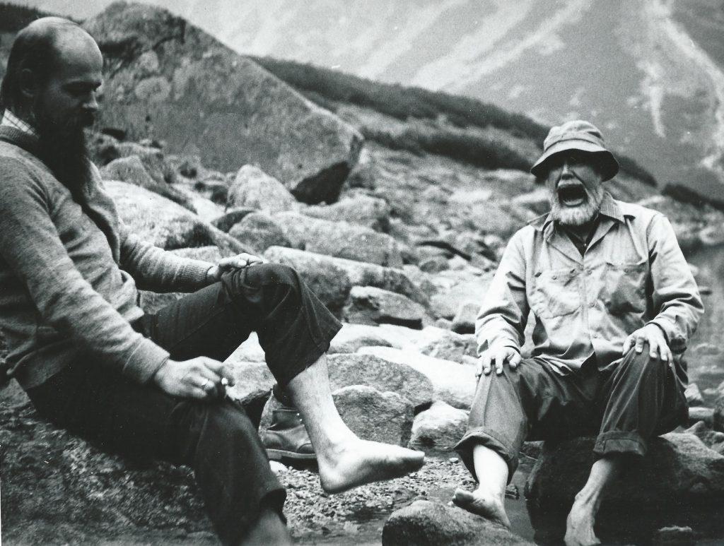 Majowe moczenie nóg w tatrzańskim potoku; z prawej Ed Roedder, obok mój przyjaciel, Łukasz Karwowski geolog, obecnie profesor na Uniwersytecie Śląskim. Fot. Andrzej Kozłowski, 1975 r.
