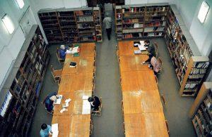 Czytelnia Główna – Sala Czasopism w starym BUW-ie, widok z galerii na 2 piętrze. Fot. M. Michalski